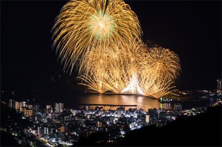 【新宿発】熱海の海へ打ちあがるダイナミックな空中ナイアガラ 熱海海上花火大会 日帰りバスツアー